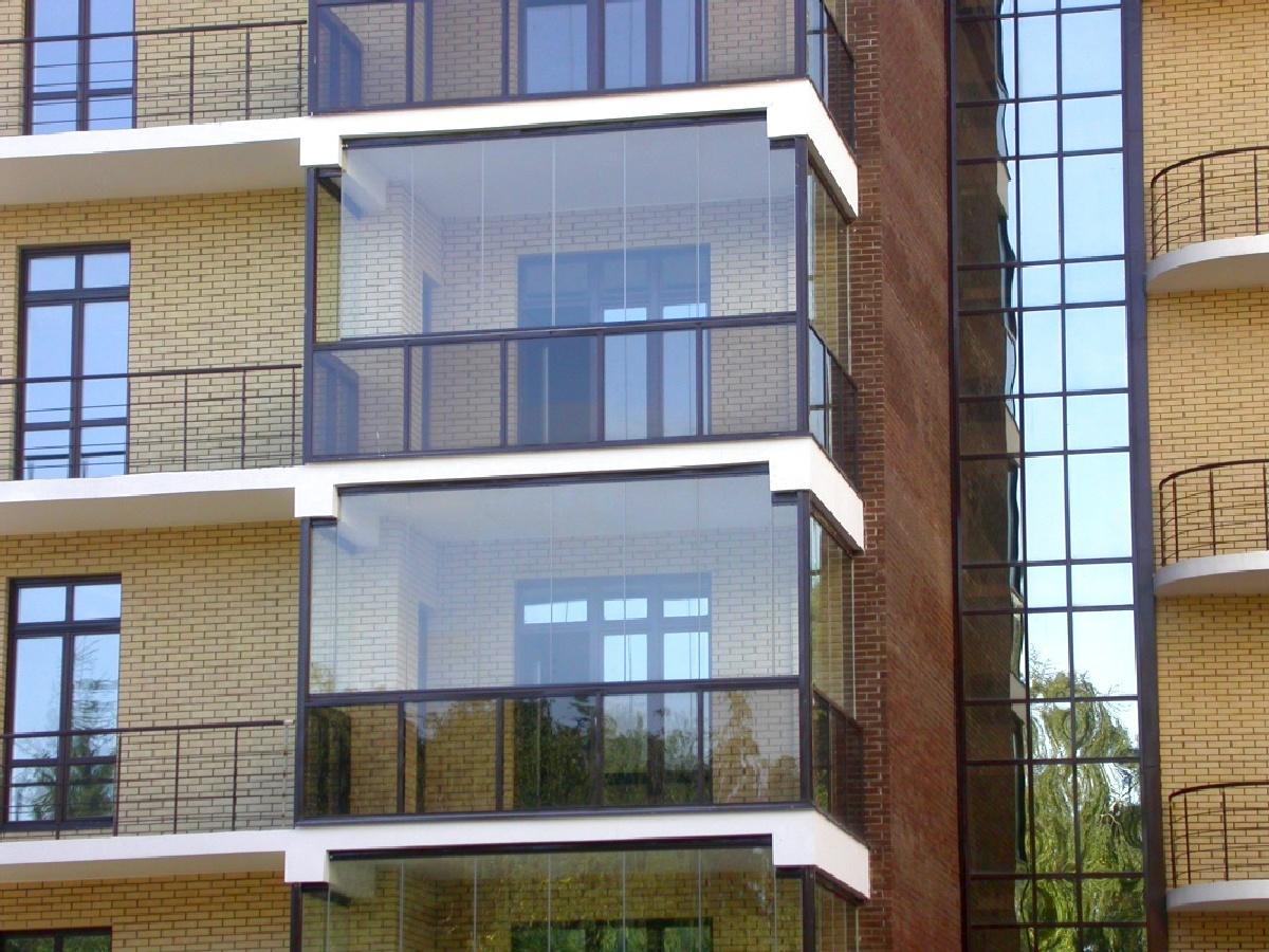Стеклянный фасад балкона.